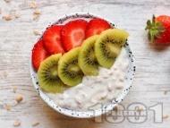 Рецепта Веган овесена каша с кисело мляко, мед, ягоди и киви за закуска